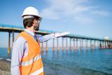 Ingegnere navale indica con il progetto la costruzione di un ponte sul mare dalla costa.