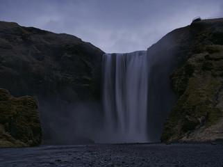 Der Skogafoss Wasserfall in Island bei Dämmerung