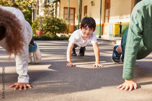 Schüler trainieren Liegestütz