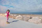 magnifique jeune fille faisant du skateboard