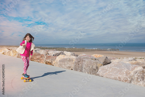 magnifique jeune fille faisant du skateboard © Image'in