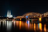 Köln mit Brücke und Dom bei Nacht