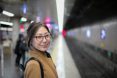 電車を待つ女性 © beeboys