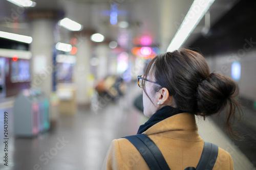 電車を待つ女性の後ろ姿 © beeboys