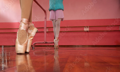 Girls in their ballet class © FABIAN
