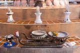 Opfertisch mit Schalen und Kerzenhalter